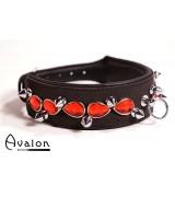 Avalon - Collar med spisse nagler og røde stener - Sort