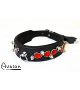 Avalon - LUSTROUS - Collar med spisse nagler og røde stener - Sort - glatt